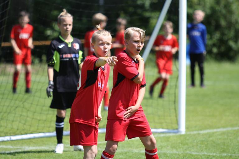 Jugendfußballturnier Szene: Kinder bilden eine Mauer