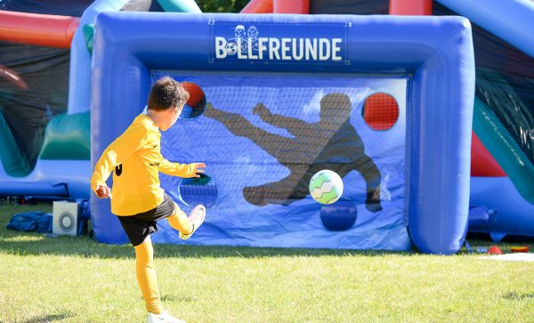 Tiro in porta a muro con un pallone da calcio in un torneo di Ball Friends