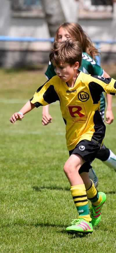 Junge nimmt den Fußball auf einem Turnier der Ballfreunde an