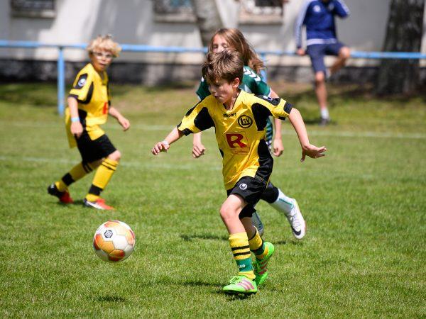 Un ragazzo affronta il calcio in un torneo di Ball Friends