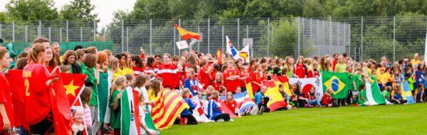 Eröffnungsfeier mit der Laola-Welle beim internationalen Fußballturnier