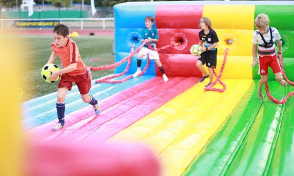 Fußballturnier bei den Ballfreunden-viel Spaß auch Abseits der Plätze beim Bungee-Run