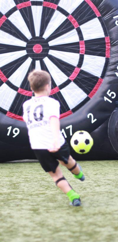 Tournoi de football avec la Ballfreunde - beaucoup de plaisir en dehors du terrain avec les fléchettes de football.