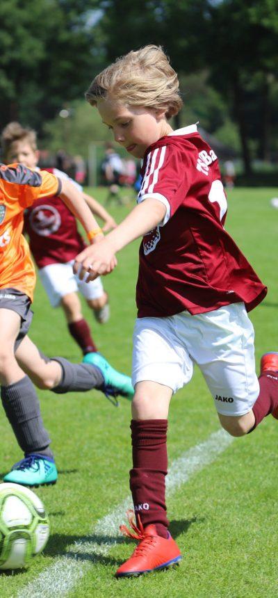 Jugendfussballturnier E-Jugend Turnier in Deutschland mit viele Zweikämpfen
